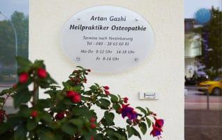 Osteopathie und Physiotherapie Praxis Norderstedt Türschild